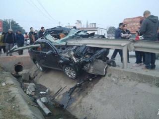 汽车撞上护栏被刺穿 驾驶员仅受轻伤
