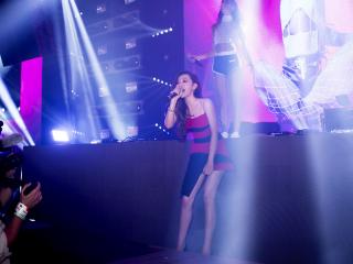张靓颖玩电音 首登比利时音乐节舞台飙歌