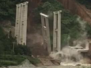 天全县境内山体垮塌雅康高速在建桥墩被毁