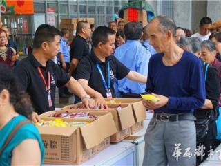 2017成都粽子文化节开幕 爷孙比赛包粽子