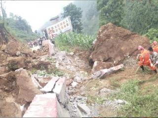 泸州古蔺县水口镇一村级公路里侧边坡发生垮塌