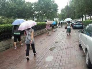 最近阵雨成常客雨伞最好随身带