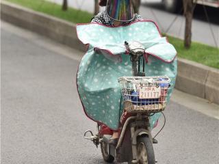 高温橙色预警 成都街头电瓶车骑士裹严防烈日