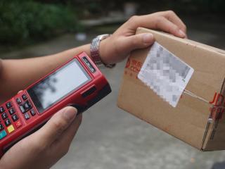 把快递包装盒还给配送员 成都多家电商物流公司试点快递包装回收业务
