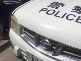 """上海交警执法""""绊摔""""抱娃女士摔落孩子 涉事民警被停职调查"""