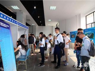 """27家企业组团到高校""""抢人"""" 成都市郫都区打响电子信息产业人才战"""