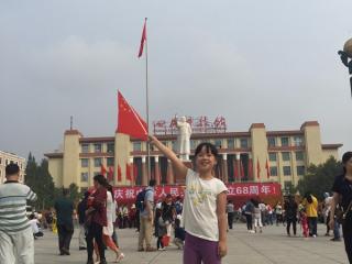 """棕北小学学生庆祝国庆——""""我与国旗合张影"""""""