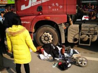 四川南充:7岁男孩车祸身亡,为了孩子的尊严民警用警服将他盖上