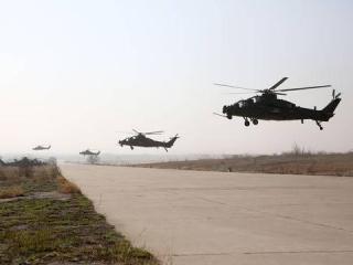西部战区陆军某陆航旅开展大机群长航程转场飞行训练