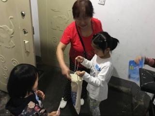 每户捐出一勺米 为困难邻里献爱心