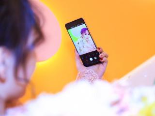 情人节三星为女性开推新款手机  竟连补妆角度都考虑到了