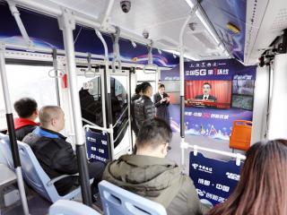 """四川乘客在中国电信5G公交车上收看全国""""两会"""""""