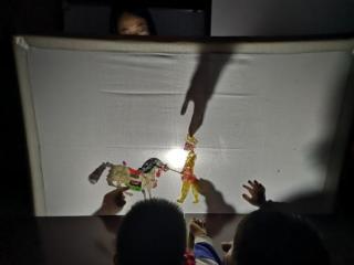 石羊街道府城社区亲子皮影戏活动受好评