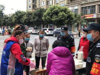 蘇坡街道龍嘴社區志愿服務隊構筑防疫堅強屏障