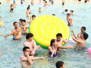 成都多个水上游乐项目开放 周末市民耍水忙