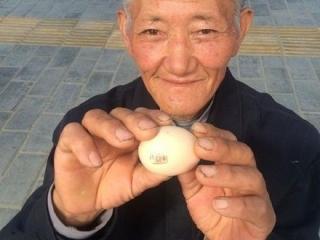 """65岁老人卖""""盖章鸡蛋"""" 质量不好可一换二"""