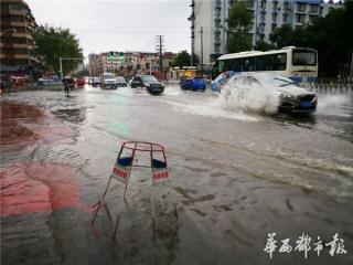 """德阳雷暴路面多积水 市民冒雨上班乐观调侃""""还缺条船"""""""