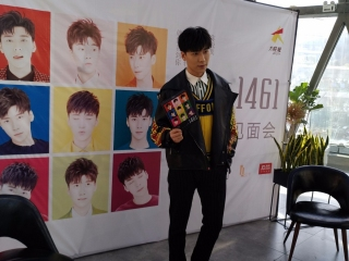 从乒乓球运动员转型为歌手 王博文携新专辑《1461》来蓉签唱