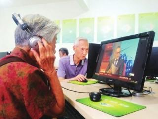 社区开培训班 老人每天学歌舞玩微信