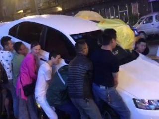 保时捷与三轮车相撞致母女被压车下 众市民合力抬车救人