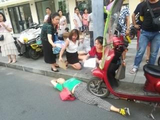女子中暑晕倒 好心市民用纸板为她扇风