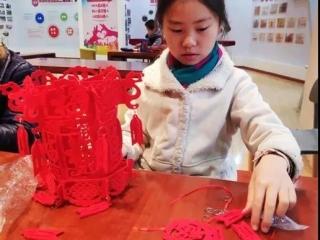 志愿者制作灯笼 装点社区迎春节
