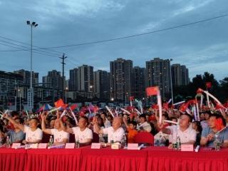 一老一小走心表演 社区千人共唱红色经典