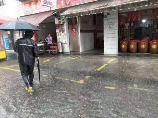 暴雨来袭街面水位急速上升 社区工作人员这样做