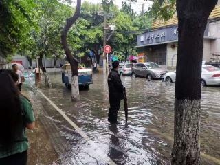 暴雨袭来养老院告急 蓓蕾社区紧急救援