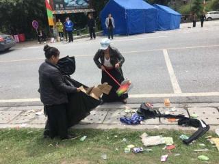 九寨沟酒店公区保洁员 义务为地震安置点做卫生