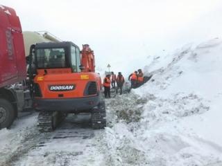 雪漫下山路积雪超一米 近200名游客被困折多山