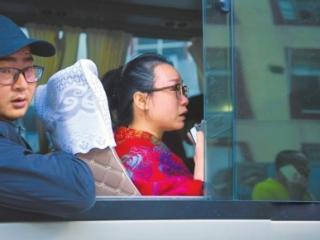"""她裹著藏族老奶奶的毯子回家:""""我要好好保存著,下次來九寨溝還給她"""""""